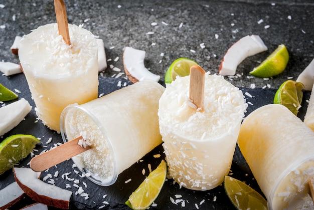 Domowe popsicles lodów kokosowych i limonkowych