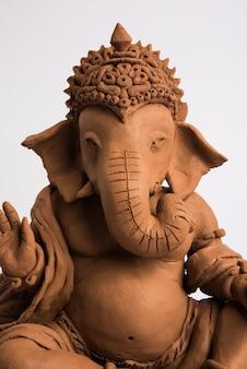 Domowe przyjazne dla środowiska ganesh lub ganpati idol lub murti, domowe. selektywne skupienie