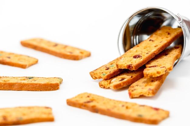 Domowe pyszne biscotti na białym tle do koncepcji piekarni, żywności i jedzenia