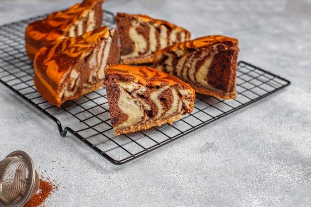 Domowe pyszne ciasto z marmuru zebry.