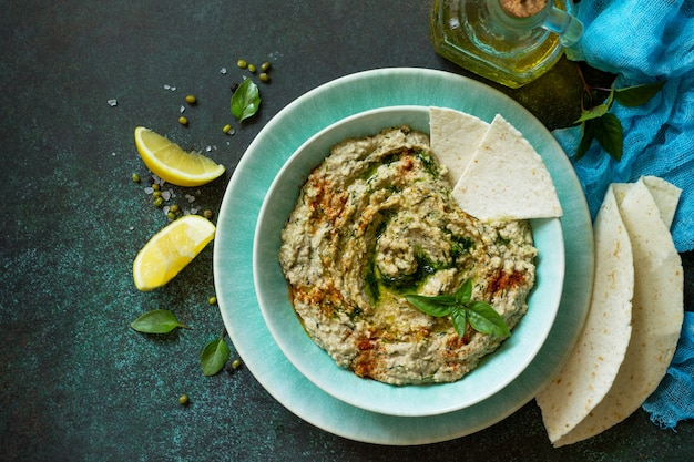 Domowe pyszne i zdrowe białkowe wegańskie jedzenie ramadan hummus z mung i tahini widok z góry