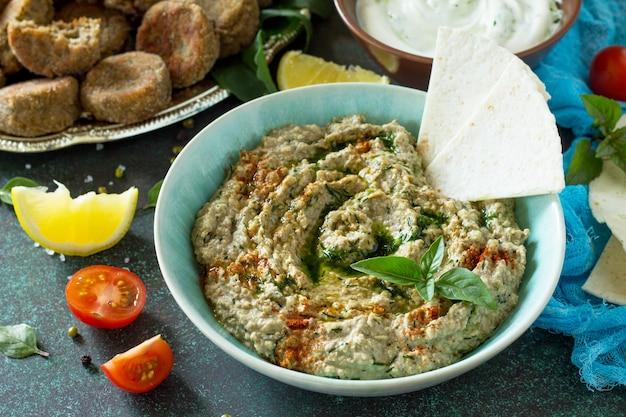 Domowe pyszne i zdrowe białkowe wegańskie jedzenie ramadan hummus z mung i tahini