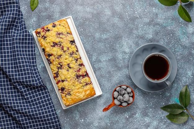 Domowe pyszne jagodowe ciasto z kruszonką z mrożonymi jagodami, widok z góry