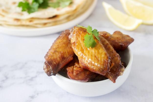 Domowe pyszne jedzenie z tortilli, salsy i smażonych skrzydeł.