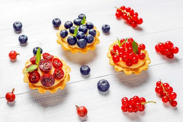 Domowe pyszne rustykalne letnie tarteczki jagodowe