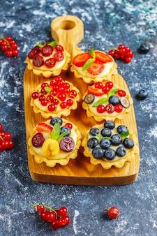 Domowe pyszne rustykalne letnie tarteczki jagodowe.