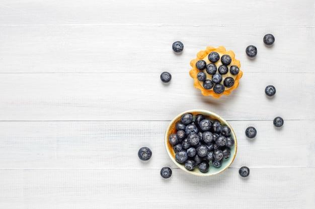 Domowe pyszne rustykalne letnie tarteczki z jagodami