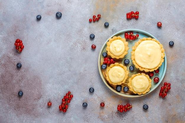 Domowe pyszne rustykalne letnie tarty jagodowe.
