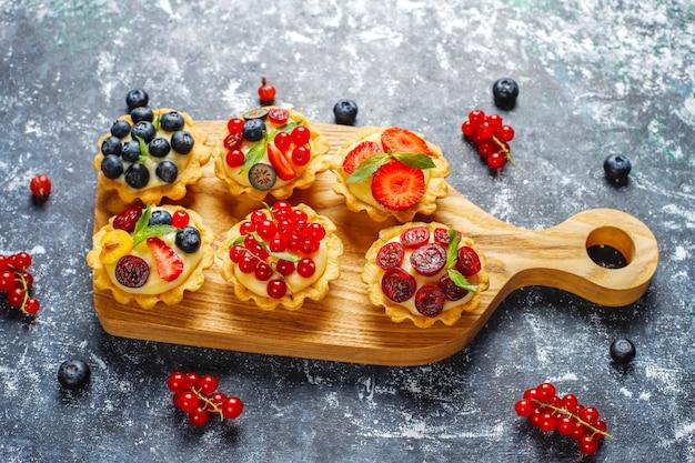 Domowe pyszne rustykalne letnie tarty jagodowe
