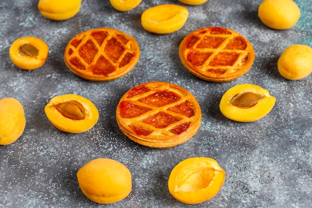Domowe rustykalne mini torty morelowe ze świeżymi owocami moreli