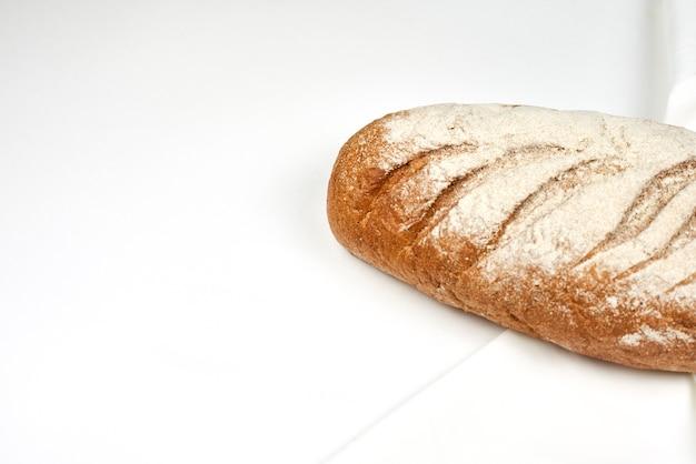 Domowe rustykalne. świeży bochenek domowego chleba na zakwasie