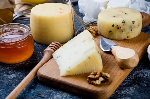 Domowe serowe z miodem, owocami, ciasteczkami i orzechami na stole. świeży produkt mleczny, zdrowa żywność ekologiczna. pyszna przystawka.