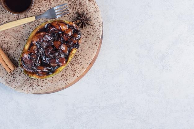 Domowe słodkie awokado iwith na podłoże drewniane.