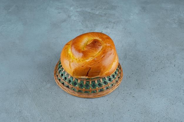 Domowe słodkie ciasto w misce ceramicznej.