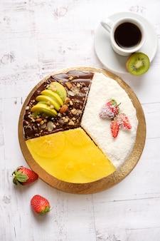Domowe słodkie ciasto z owocami, czekoladą, jabłkiem, kiwi, truskawką