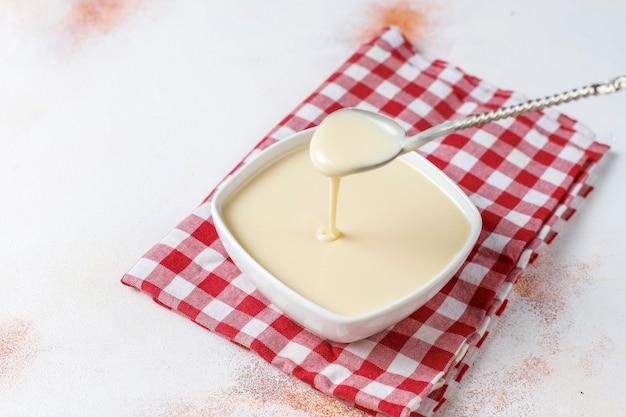 Domowe słodkie mleko skondensowane.