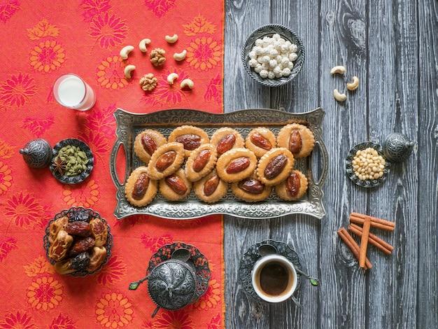 Domowe słodycze eid dates na czarnym drewnianym stole