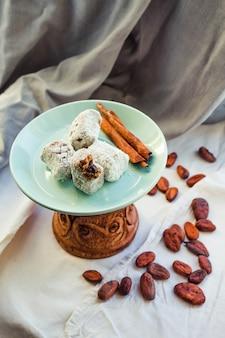 Domowe słodycze, karmel z kokosem i czekoladą.