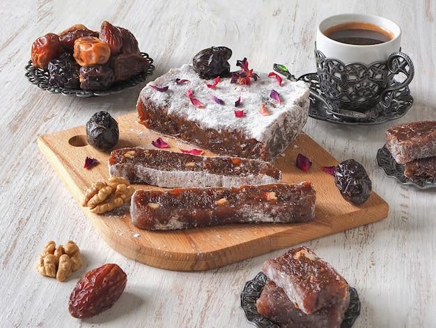 Domowe słodycze marmoladowe z owocami daktylowymi i orzechami, puszka wschodnia