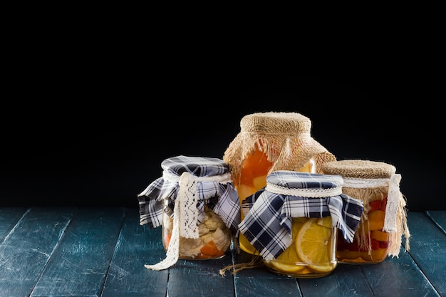 Domowe słoiki z owocami