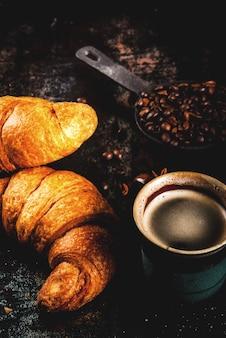 Domowe śniadanie kontynentalne, kawa z przyprawami, cukier trzcinowy, rogaliki. dżem