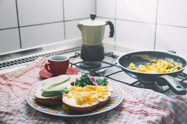 Domowe śniadanie składające się z jajek, tostów z awokado i kawy. zdrowe śniadanie lub przekąska.