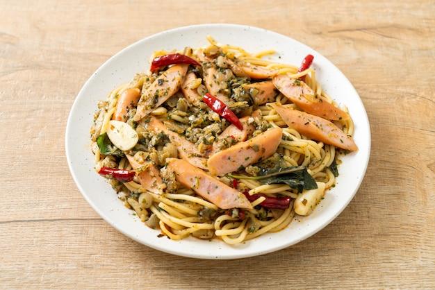 Domowe spaghetti z czosnkiem i kiełbasą
