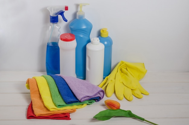 Domowe środki czystości z kolorowymi serwetkami na białej przestrzeni