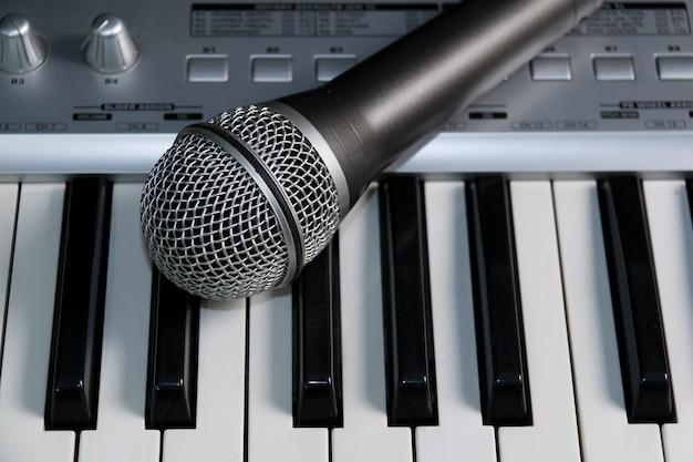 Domowe studio nagrań. mikrofon na klawiaturze.