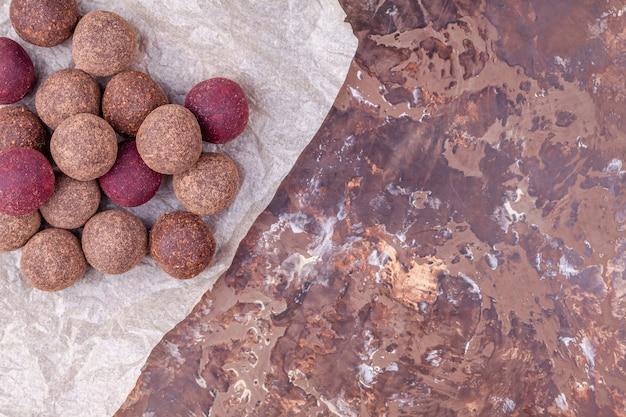 Domowe surowe wegańskie kulki energetyczne z kakao