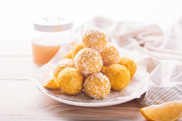 Domowe surowe wegańskie trufle kokosowe i cytrynowe. koncepcja żywności wegetariańskiej.