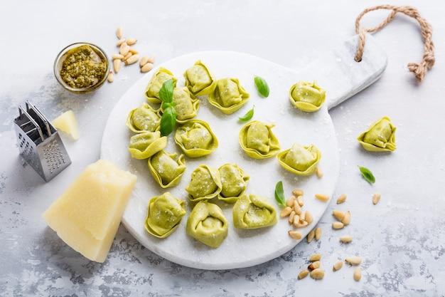 Domowe surowe włoskie tortelloni