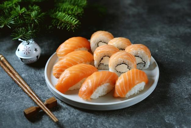 Domowe sushi i nigiri z dzikim łososiem