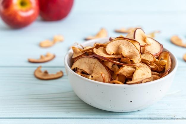 Domowe suszone organiczne jabłko pokrojone w plastry