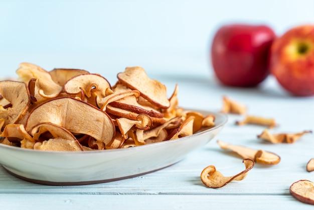 Domowe suszone organiczne jabłko w plasterkach