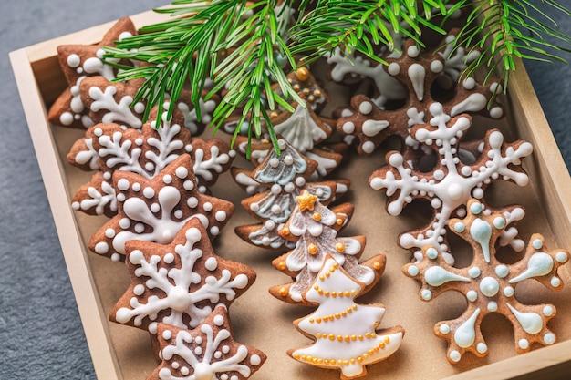 Domowe świąteczne pierniczki w drewnianym pudełku
