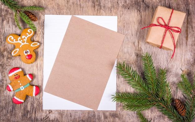 Domowe świąteczne pierniki i pustą kartkę z życzeniami