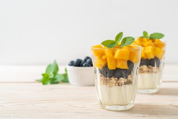 Domowe świeże mango i świeże jagody z jogurtem i granolą - zdrowy styl jedzenia