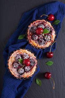 Domowe świeże pieczone organiczne tarty wiśniowe