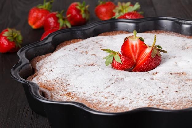 Domowe świeże pieczone pyszne tradycyjne ciasto truskawkowe