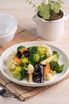 Domowe świeże warzywa gotowane z kalafiorem, brokułami, czarnym grzybem i kukurydzą dla niemowląt, koncepcja zdrowego stylu życia.