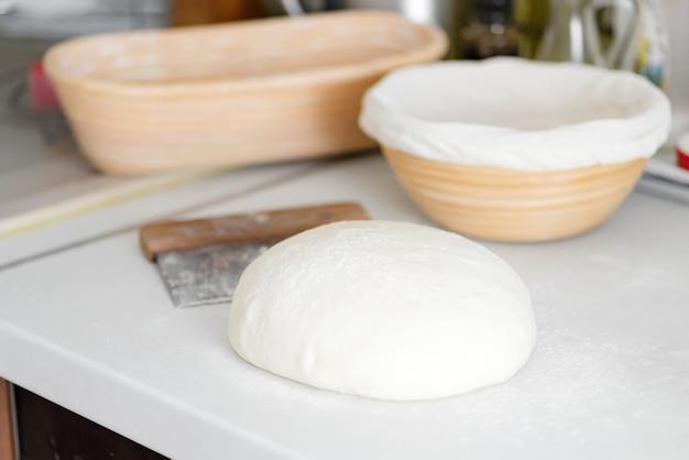 Domowe świeżo przygotowane ciasto na świeżą zdrową piekarnię i ciasto na białym stole w kuchni.