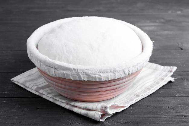 Domowe świeżo przygotowane ciasto na świeżą zdrową piekarnię i ciasto na drewnianym stole kuchennym.