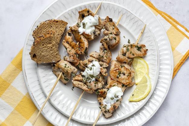 Domowe szaszłyki z kurczaka z aromatycznymi ziołami i przyprawami z sosem jogurtowym. arabskie jedzenie