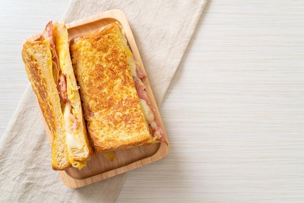 Domowe tosty francuskie z szynką i serem z bekonem i jajkiem