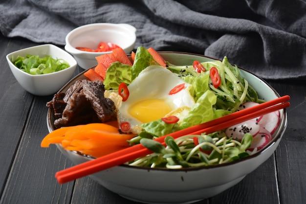 Domowe tradycyjne danie koreańskie z jajkiem, wołowiną i warzywami