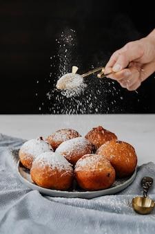 Domowe tradycyjne hiszpańskie buñuelo, smażone kulki z ciasta