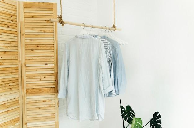 Domowe ubrania na wieszaku w stylu skandynawskim