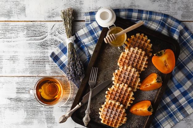 Domowe wafle na talerzu na śniadanie