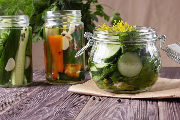 Domowe warzywa w puszkach w słoikach